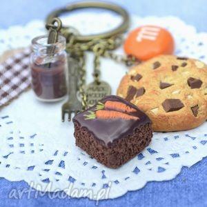ręczne wykonanie breloki czekoladowo-marchewkowe