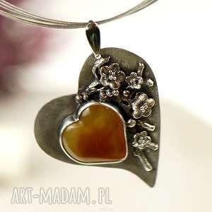 wisiorki bursztynowe serce w kwiatach a683, wisior bursztyn, elegancki prezent