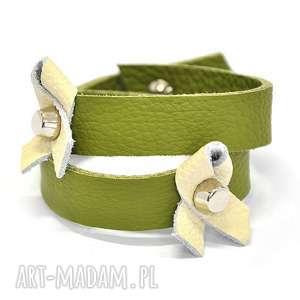 b20-04am zielona skórzana bransoletka ze wstęgami dwa razy zawijana wokół dłoni