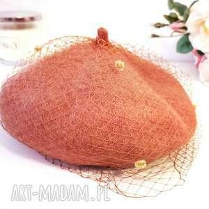 karmelowy beret z woalką, beret, wełna, woalka, kobieta, dodatek, elegancki