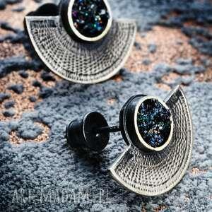 srebrne oksydowane kolczyki wkrętki w etnicznym stylu, z czarnym kamieniem