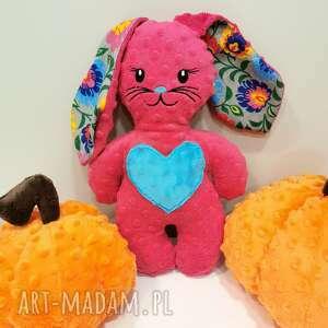Różowy królik z sercem maskotka minky prezent dla dziecka