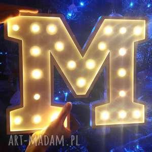 podświetlana literka m - lampka, lampa, literka, typografia, sypialnia