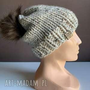 handmade czapki ręcznie robiona czapka z pomponem odcienie beżu hand made