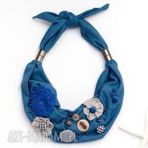 NASZYJNIK w kolorze błękitu, tkaninowy naszyjnik z naszywanymi ozdobami,