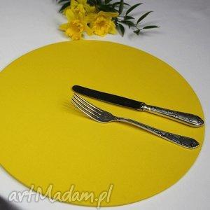 Zestaw podkładka drewniana z tekstylnym pokrowcem w kolorze żółtym,