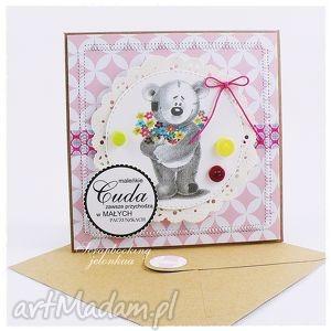 dziecięca kartka z misiem 3 - dziewczynka, miś, guzik, bukiet, kartka, sznurek