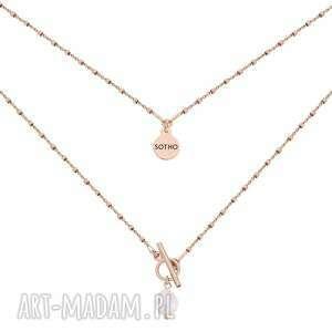 naszyjnik kosteczkowy z ozdobnym zapięciem i perłą z różowego
