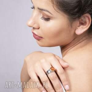 pierścionek modern z bursztynem, złocony i oksydowany, bursztynem