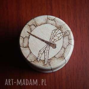 ważka puzderko - ręcznie wypalane okrągłe etui, puzderko, wypalane, retro