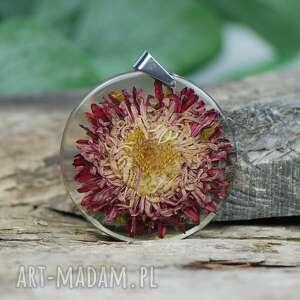 wisiorek z prawdziwym kwiatem zatopionym w żywicy 1498, dla niej