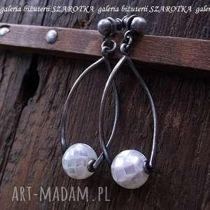 na huśtawce kolczyki z muszli i srebra, muszla, srebro, oksydowane, długie, sztyfty
