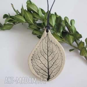 wisiorek listek, ceramiczny, wisior, naturalny, roślinny