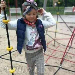 czapki turban z poliestru na mała głowę albo dla dziewczynki, modelka zdjęciu