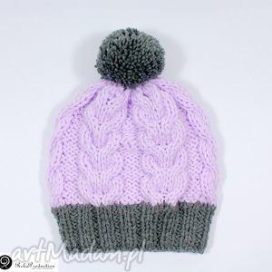 czapka jasnoróżowa z szarym pomponem - czapka, warkocze, pompon, dziergana, akryl