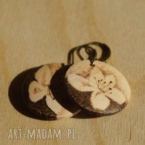 mini śliwa - ręcznie wypalane drewniane kolczyki, minimalizm