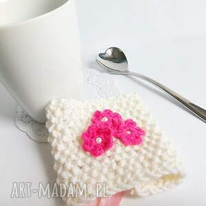 Kremowy otulacz na kubek z kwiatuszkami - Ręczne wykonanie
