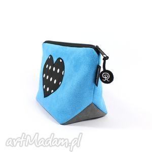 kosmetyczka niebieska z sercem, serce, kropki, zamsz, prezent, kobieta