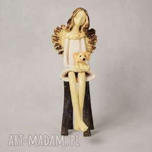 ceramika anioł z pieskiem, siedzący, wykonany ręcznie