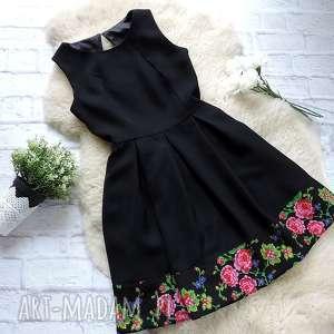ręczne wykonanie sukienki czarna sukienka z kontrafałdami folk kwiaty