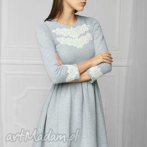 sukienka z aplikacją szara, dresowa, rozkloszowana, mini, aplikacja, melanż