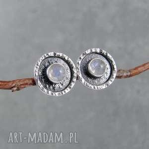 młotkowane z kamieniem księżycowym, drobne, surowe, minimalizm, sztyfty, okrągłe