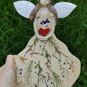 dla dziecka ceramiczny anioł z sercem, anioł