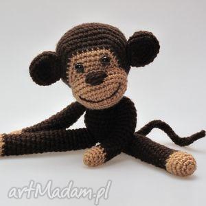 ręczne wykonanie maskotki małpka chłopczyk
