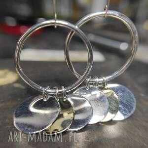 srebrne kolczyki z okrągłymi blaszkami, koło, surowy, blaszki, minimalistyczny