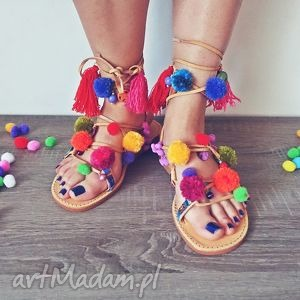 37- kolorowe rzymianki z pomponami w stylu boho, sandały, rzymianki