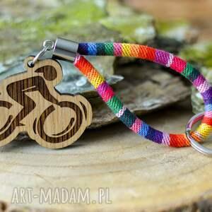 brelok do kluczy boho rowerzysta z drewna dąb rainbow, kluczy