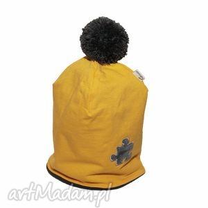 ręcznie robione ubranka czapka żółta z szarym pomponem i puzlem