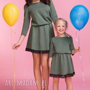Sukienka z ozdobną koronką MAMA TM1, kolor zielony, sukienka, lekko, rozkloszowana