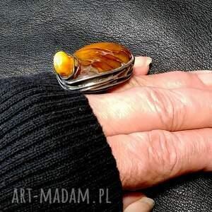 bursztynowy pierścień niezwykły oryginalny nienudny handmade dla kochającej