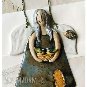 ceramika aniołek z gilami i jeżem, ceramika, anioł, ptaszki, sikorki, gniazdo
