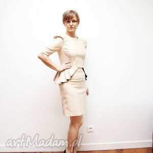 sukienki bezowa sukienka do kolan z baskinka i bufkami, sukienka, dopasowana