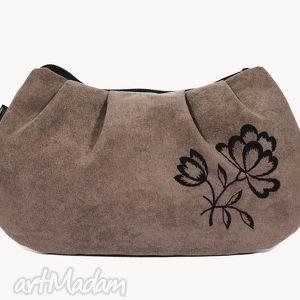 jasnobrązowa kopertówka z wyszywanym kwiatem, torebka, zamsz, kopertówka, kwiat, haft