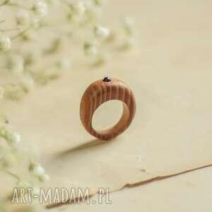 Drewniany pierścionek z drobnym ametystem drevniana pierścionek