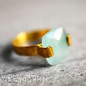 pozłacany pierścionek chalcedon - mnierał, elegancki, kobiecy