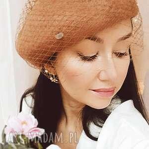 karmelowy beret z woalką, beret, wełna, kobieta, dodatek, elegancki