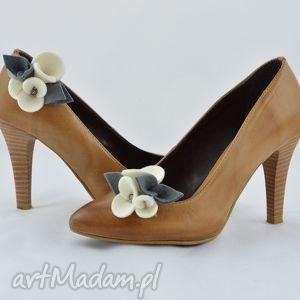 ozdoby do butów filcowe przypinki butów- klipsy- ecru z szarością
