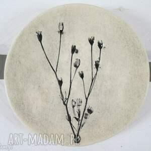 ceramika malutki talerzyk z roślinką, fusetka, ceramiczna, podstawka, roślinna