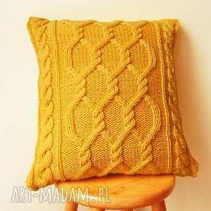 duża warkoczowa żółta poduszka, włóczkowa, dziergana, warkoczowa, przytulna