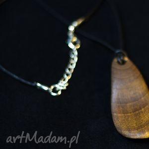 wisiorki wisiorek płatek z drewna orzecha włoskiego srebrnym zapięciem, wisiorke