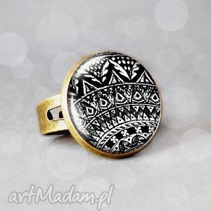 leya elegancki pierścionek z grafiką w szkle, czarno, biały, klasyczne, prezenty