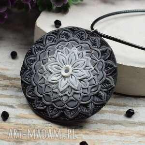 wisiorek mandala w odcieniach szarości, mandala, biżuteria