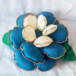 poduszki poduszka kwiatek w kolorze niebiesko-białym z domieszką beżu, kwiat