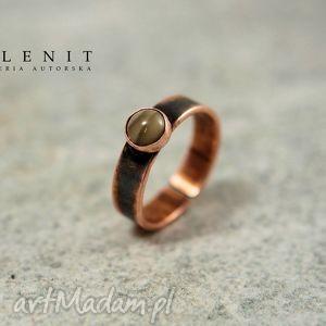 selenit pierścionek z krzemieniem, metaloplastyka, miedź, krzemień, pasiasty