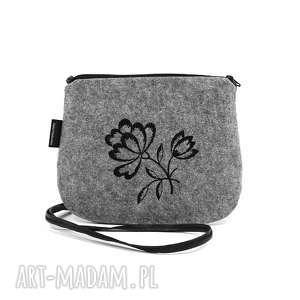 mała filcowa torebka damska z czarnym haftem, mini torebka, wyszywana