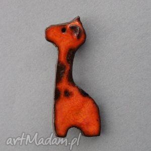 Żyrafka-broszka ceramiczna - prezent, upominek, beret, przypinka, drobiazg, urodziny